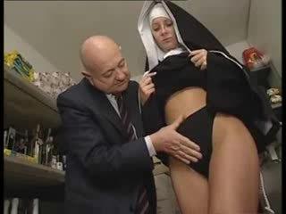 Италиански латино монахиня насилване от мръсен стар мъж