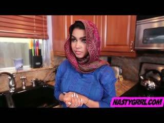 Hijabi فتاة ada has إلى مص قضيب و obey