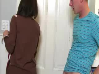 Milf convinces babe naar zuigen lul met haar