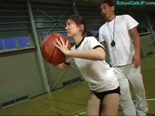 Nxënëse në formim fustan fingered nga the trajner në the basketboll formim
