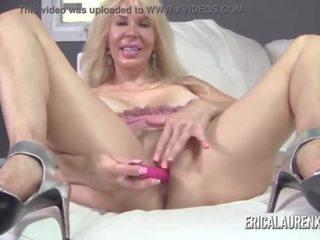 Erica lauren suctions তার দুধের বোঁটা তারপর masturbates