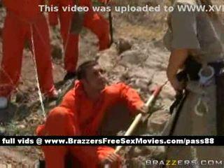 Gemeen roodharige agent takes zorg van sommige prisoners