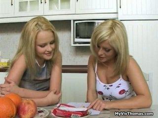 Kiimas astonishing blond lesbid babes suudlemine