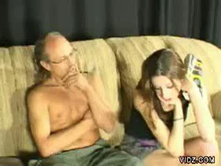 Vecs tētis spanks younger skaistule