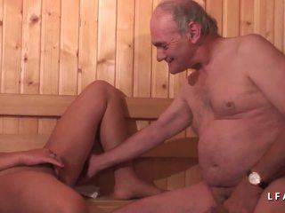 Jeune buretë sodomisee dans un seks simultan avec papy.