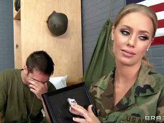 Ushtri vogëlushe nicole aniston fucked në camp video