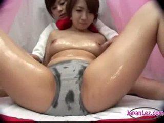 Asiatique fille en panty massaged avec huile seins rubbed chatte fing