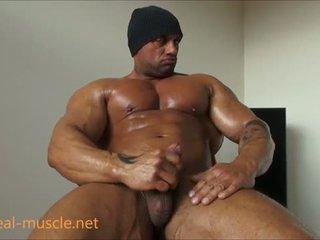 خنثى bodybuilder masturbates