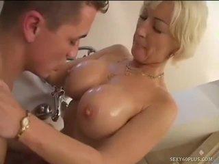 Blondīne mammīte jizzed uz viņai uzbudinātas mute