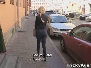 Tricky agent - modest blondy turns pentru fi într-adevăr starving pentru