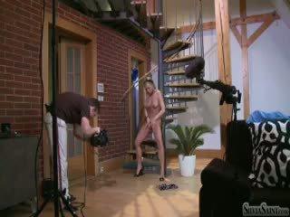Silvia saint belakang panggung filming sebuah solo adegan di sebuah stair (hd)