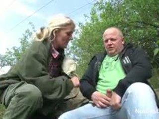 Duits dun 61yr oud oma neuken openlucht met stranger