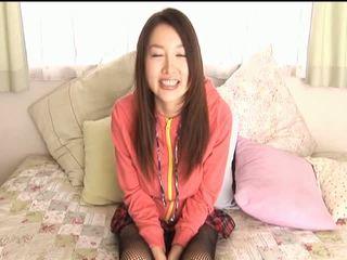 Mai uzukiasian puppe rubs sie muschi mit ein dildo