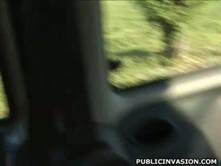 Dun gebruind brunette sucks en fucks in auto