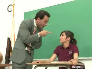Nxënëse spanked dhe e abuzuar