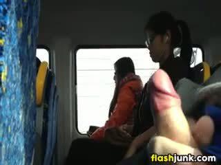 Flashing a těžký kohout v asia na the vlak