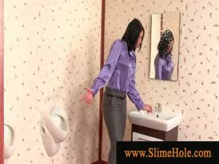 Slime showered brunete nepieredzējošas gloryhole dzimumloceklis