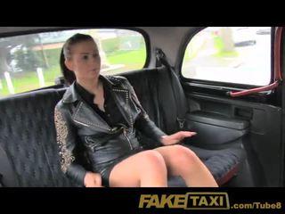 Faketaxi не пари, така тя pays с тя путка