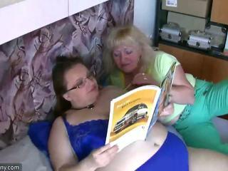 Mollig oma en oud oma masturberen