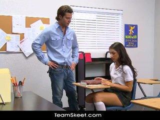 Innocenthigh 背の高い 女子生徒 teenager scarlet banks 教室 bumped