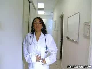 Medic fulfills viņai nejaukas needs
