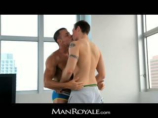 Manroyale guy massages yang bodybuilder's zakar/batang