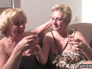 Ganzgeil com sexy tysk mødre plays med deres.