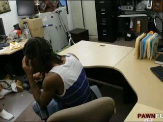 Pawnkeeper drātēšanās meitene no a melnas guy uz the slepenā istaba