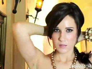 Gjoksmadhe brune vogëlushe erin avery strips dhe flashes të saj sexy trup