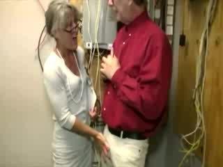 Seksuālā vecs dāma gets par viņai knees līdz paraut