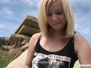 Blondýnka onto the rocks