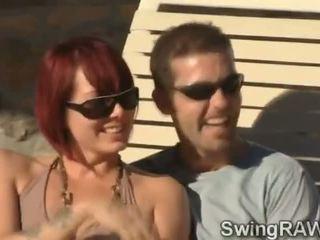 Deze zwembad party is an excuus naar maken swinger couples krijgen gemeen