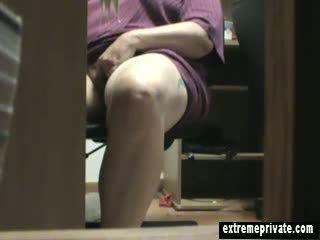 Mum prichytené masturbovanie pod the stôl