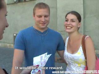 Jeune couple takes argent pour public plan a quatre