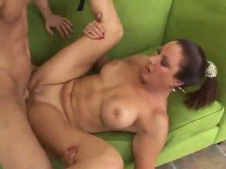 Hot mamma med stor rumpe pounded i den feil hole