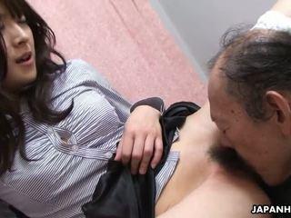 Vecchio uomo è eating che bagnato pelosa giovanissima fica su