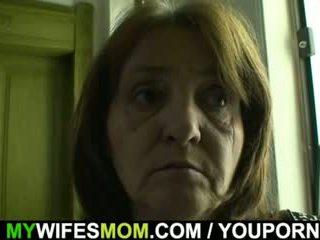 Arrapato guy bangs suo ragazza s vecchio mamma