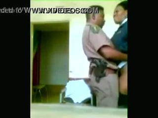 Svart polis officers boning medan cities are being looted