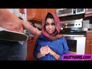Hijab wearing muslim tonårs ada creampied av henne ny mästare