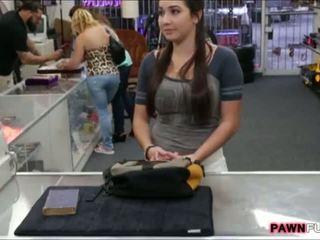 學院 女孩 trades 她的 書 為 一 性別 在 該 pawnshop