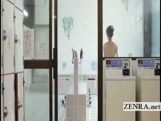 Rondborstig japans harumi asano strips naakt en lathers omhoog