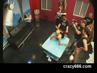 Pārdabiskas urinējošas orgija ar vācieši meitene