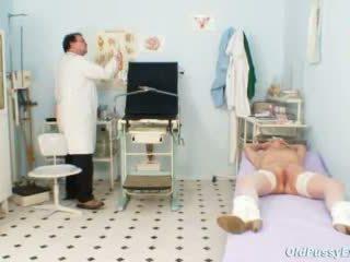 Blond grannyen multiple squirting under en gyno checkup