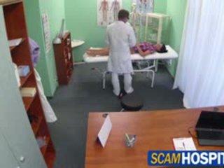 Nxehtë adela gets doctors i madh kokosh therapy