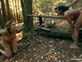 Tied hasta chanel preston has su marrón tunnel bumped en un bosque