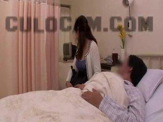 Slimnīca loma spēlēt exhibitionist minēts liels aziāti krūtis