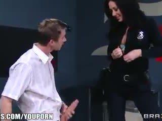 ボインの customs agent frisks と fucks 彼女の ポルノスター 容疑者