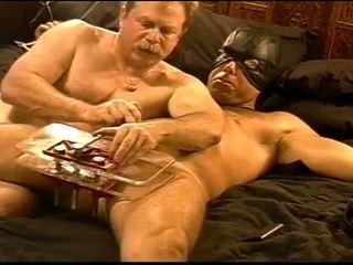 Siksaan alat kelamin pria squeezing berbulu hunk's buah zakar di vise