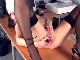 Brunete masturbates uz sheer zeķe un papēži