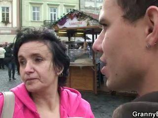 Vecmāmiņa tūrists ir picked augšup par dzimumloceklis nepieredzējošas un jāšana